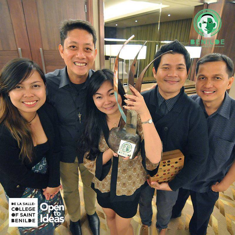 DLS-CSB President and Chancellor Br. Dennis Magbanua (second from left) joins the Bamboard Team (Queenie Maria Guibao, Cindy Lalin Bonachita, Khail Santia and Bron Teves) in a photo opportunity. The team shares Ann Pamintuan's Benilde Prize sculpture trophy, the only piece of its kind in the country.