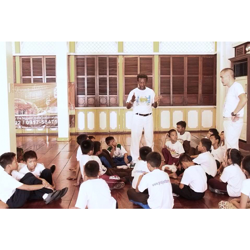 Maestre Roxinho talks to the street children about Capoeira Angola. | Photo by Project Bantu